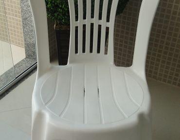 Cadeira em PVC branca.