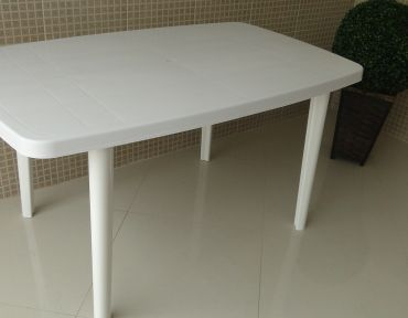 Mesa em PVC retangular. Medida: 1,40 por 0,80 m.