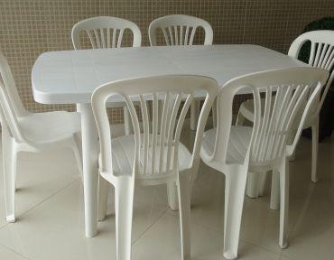 03 Conjunto em PVC. Retangular com seis cadeiras.