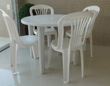 02 Conjunto em PVC. Redondo com quatro cadeiras. Mesa com 90 cm.