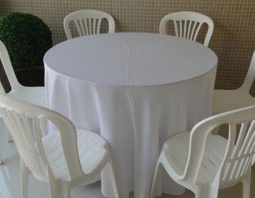 Conjunto de mesa redonda com 1 m  e seis cadeiras em PVC. Mesa adaptada. Necessário uso de toalha.