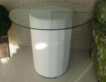 Mesa para decoração. Base em puff e tampo de  vidro com 90 cm.