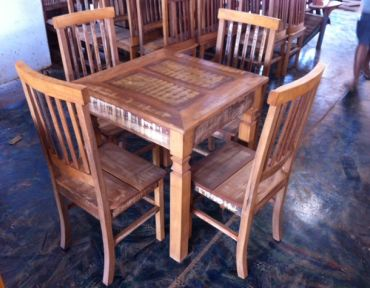 Conjunto de mesa em madeira estilo demolição. Medida da mesa: 1x1 m.