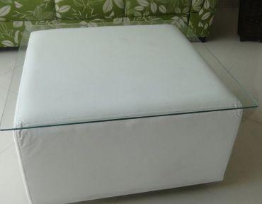 17 Mesa de centro. Puff branco e tampo de 80 cm.