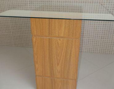 Mesa com base em madeira e tampo de vidro quadrado de 0,85 m.