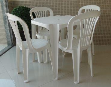 01 Conjunto em PVC. Mesa quadrada com 70 cm de lado, com quatro cadeiras.