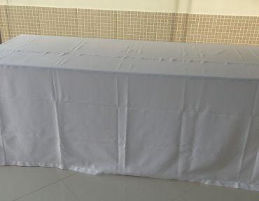 Mesa pranchão. Medida: 2 x 0,80 m. Mesa adaptada. Necessário uso de toalha.