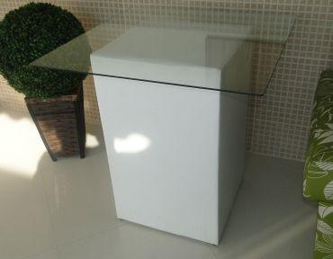 Mesa para decoração. Base em puff e tampo de vidro com  80 cm.