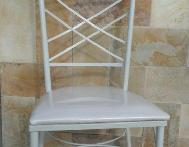 Cadeira modelo Bahia Luxo. Em ferro branco, estofada.