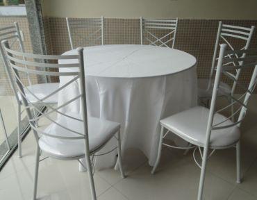 Conjunto de mesa redonda (1m) e seis cadeiras de ferro estofadas. Necessário uso de toalha.