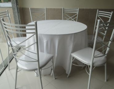 06 Conjunto de mesa redonda com cadeiras de ferro estofadas.