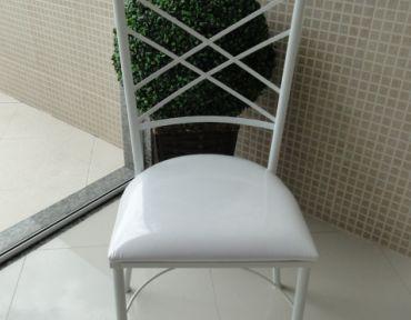 02 Cadeira em ferro branco modelo Bahia Luxo.