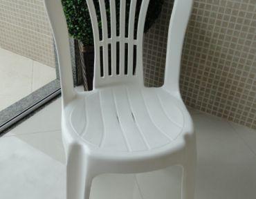 01 Cadeira em PVC branca.