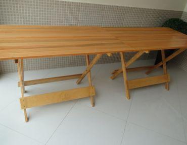 Composição de duas mesas retangulares de apoio. Medida total: 2,40 x 0,70 m.