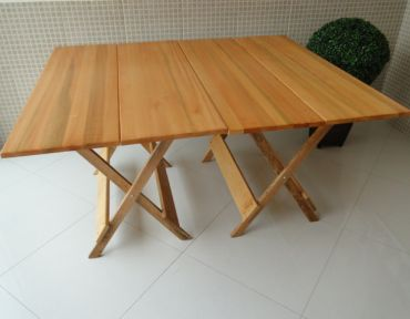 Composição de duas mesas retangulares de apoio. Medida total: 1,20 x 1,40.