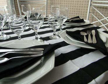 Composição com guardanapos pretos.